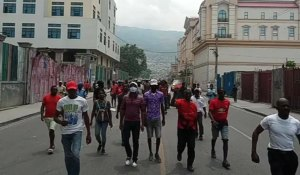 Marchers ask ancestors to overthrow Moïse, circle palace 7 times